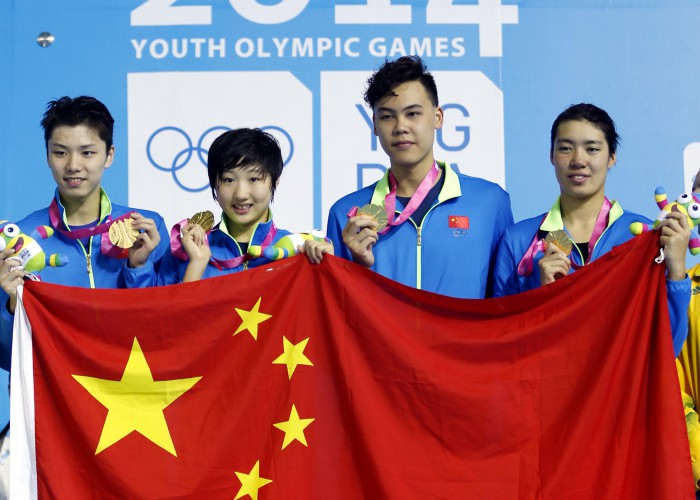 (140817) -- Nanjing,Aug 17,2014 (Xinhua) -- Swimmers of China Li Zhuhao, Qiu Yuhan, Yu Hexin and Shen duo(From R to L) pose on the podium during the awarding ceremony of Mixed 4 x 100m Freestyle Relay of Nanjing 2014 Youth Olympic Games in Nanjing, capital of east China's Jiangsu Province, on Aug. 17, 2014. (Xinhua/Fei Maohua) (txt)