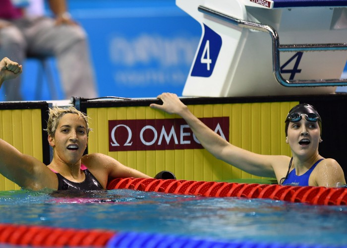 (140819) -- NANJING, Aug. 19, 2014 (Xinhua) -- Hannah Moore (R) of United States of America and Ambra Esposito of Italy celebrate after winning women's 200m backstroke final event at the Nanjing 2014 Youth Olympic Games in Nanjing, east China's Jiangsu Province, Aug. 19, 2014. Moore and Esposito shared the gold medal. (Xinhua/Fei Maohua) (ljr)