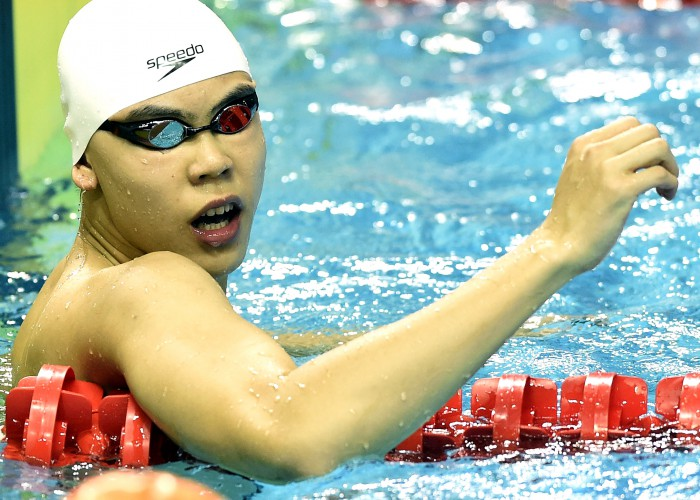 (140820) -- NANJING, Aug 20, 2014 (Xinhua) -- Yu Hexin of China celebrates after winning the Men's 50m Freestyle match at Nanjing 2014 Youth Olympic Games in Nanjing, capital of east China's Jiangsu Province, on Aug. 20, 2014. Yu Hexin of China won the gold medal.(Xinhua/Yue Yuewei)(hhx)