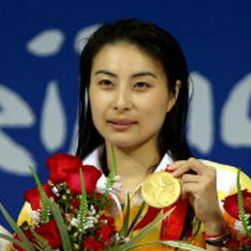 Chinas Guo Jingjing shows off her gold medal after