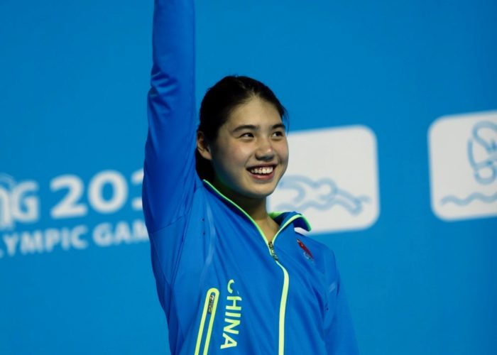 (140818) -- NANJING, Aug. 18, 2014 (Xinhua) -- Silver medalist Zhang Yufei of China poses on the podium during the awarding ceremony of the women's 200m butterfly final match of swimming event at the 2014 Nanjing Youth Olympic Games in Nanjing, east China's Jiangsu Province, on August 18, 2014. (Xinhua/Fei Maohua)(tjh)